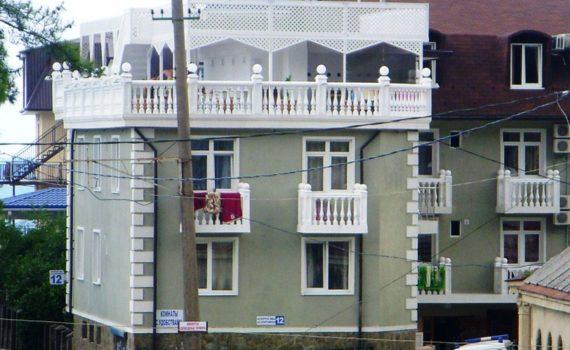 Гостевой дом «Мандарин» в Гагре по улице Спортивная, дом № 12
